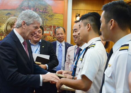Bộ trưởng New Zealand Damien OConnor trao quà tặng cho các phi công tốt nghiệp tại xứ sở kiwi.