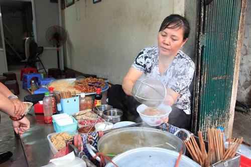 Chị Mùi bán ở nhiều địa điểm quanh phố cổ Hà Nội.