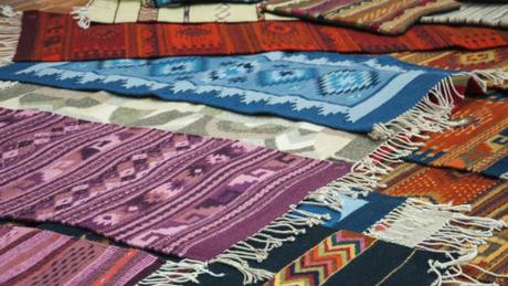 Những tấm thảm được người dân Mexico chuẩn bị công phu để bán cho du khách trong dịp lễ hội. Ảnh: CNN.