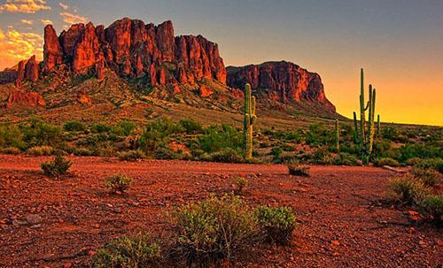 Nhiều du khách liều lĩnh khi đi bộ trên sa mạc ở Arizona dưới cái nóng như thiêu đốt. Ảnh: JeniFoto.