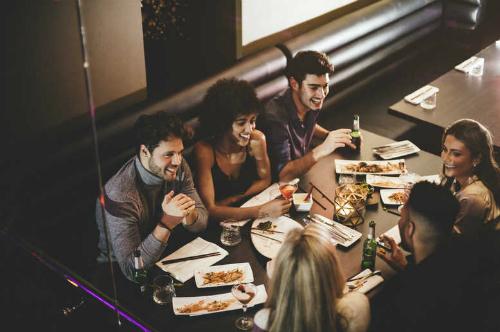 Nhiều thực khách tỏ ra thích thú khi tới ăn ở nhà hàng trong bóng đêm. Với họ, đây là một trải nghiệm thực sự đáng thử. Ảnh: Fdfworld.