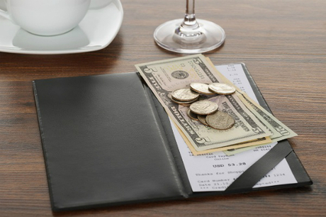 Nhiều người cho rằng không nhất thiết phải tip cho nhân viên, vì đó là công việc của họ. Tuy nhiên cũng có người cho rằng, vì lương bồi bàn thấp nên chủ yếu dựa vào tiền tip. Ảnh: HelloJob.