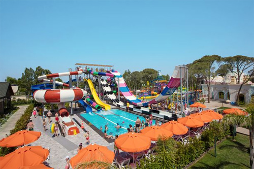 Các khu nghỉ có công viên nước, bể bơi luôn được lòng trẻ nhỏ.