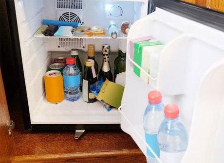 Minibar thường là một chiếc tủ lạnh nhỏ đựng đồ ăn, thức uống có giá cao trong phòng khách sạn. Ảnh: News.