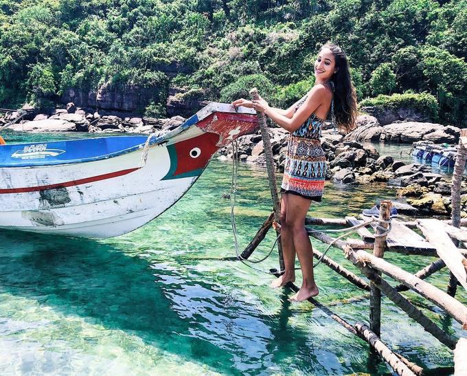 Siêu mẫu Thụy Sĩ khoe ngực trần trên bãi biển Phú Quốc