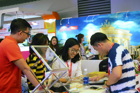 Khách tham quan tại Hội chợ Du lịch Quốc tế TP HCM năm 2017. Ảnh: Phong Vinh.