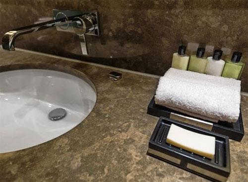 Bạn có thể mang theo dầu gội, sữa tắm mini trong khách sạn về nhà. Ảnh: News.