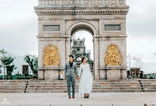 Bản sao Khải Hoàn Môn của kinh đô ánh sáng Paris hiện diện trong công viên dát vàng. Ảnh: Hongkong Wedding.