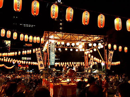 Lễ hội Otsukimi và bánh Tsukimi Dango Nhật Bản  Mỗi năm nước Nhật có hai hội thưởng trăng (theo Âm lịch). Một trong số đó chính là Zyuyoga, gắn với phong tục cổ truyền Otsukimi (có nghĩa là ngắm trăng vào ngày rằm giữa mùa thu). Đối với người dân đất nước mặt trời mọc, đây là lễ hội nhằm tôn vinh mặt trăng trong mùa thu, thời điểm trăng tròn nhất.