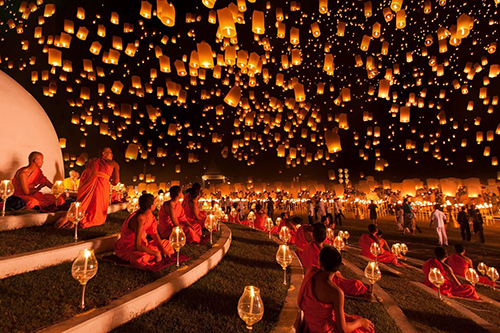 [Caption]Tết cầu trăng và bánh quả đào ở Thái Lan  Người dân xứ Chùa Vàng quan niệmTrung thu là Tết cầu trăng. Họ thường tụ họp lại trong bộ trang phục truyền thống và cùng nhau thả những chiếc đèn Khổng Minh bay lên trời cao mang theonhững điều ước tốt đẹp. Trên mâm cúng của người Thái trong đêm Trung thu không thể thiếu quả bưởi  loại trái cây tượng trưng cho sự sum vầy, đoàn viên.Người Thái Lan gửi lời ước nguyện trong những chiếc đèn lồng.