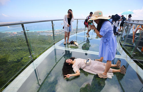 Nhiều du khách đã đổ xô đến cây cầu này để chụp ảnh và ngắm cảnh. Ảnh: REX.