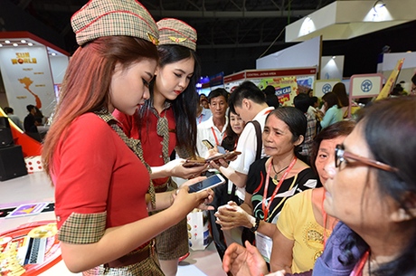 Vé được mở bán trên các kênh của hãng cùng chương trình giờ vàng khuyến mãi 12h  14h mỗi ngày tại website, trên điện thoại Smartphone, Facebook. Khách có thể thanh toán ngay bằng các loại thẻ Visa/ Master/ AMEX/ JCB/ KCP/ UnionPay và thẻ ATM của 34 ngân hàng lớn tại Việt Nam (có đăng ký Internet Banking).