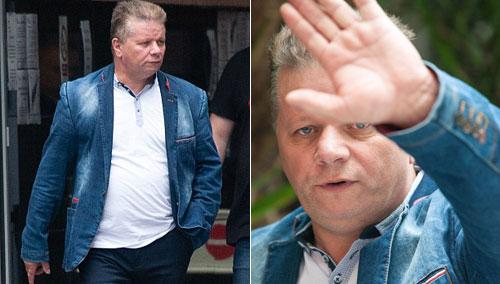 Mirosla bên ngoài tòa án ở Manchester. Khi bị phóng viên chụp ảnh, anh ta đã lấy tay che mặt. Ảnh:Manchester Evening News.