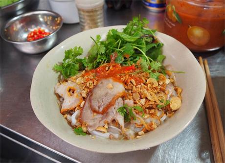 Là món trộn ra đời sớm ở Hà Thành, phở tíu cũng gồm bánh phở, thịt xá xíutrộn với thứ nước sốtsánh như mật ong, có chút thịt băm kết hợp với rau húng Láng, mùi ta, rau xà lách, lá hẹ, lạc rang, hành phi.