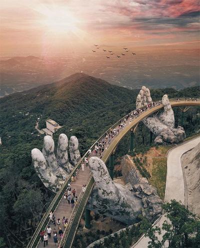Cây Cầu Vàng ở Đà Nẵng, Việt Nam Sau một năm xây dựng, Cầu Vàng mới được mở cửa tham quan vào tháng 6 vừa qua.Công trình được ví như một bức tranh siêu thực với đôi bàn tay khổng lồ nâng đỡ cây cầu.