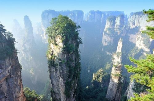 Rừng Quốc gia Trương Gia Giới, Trung Quốc Tiên cảnh trần gian nàynổi tiếng với các đỉnh núi cao hùng vĩ,trông giống như khung cảnh trongmột bộ phim viễn tưởng. Với khí hậu cận nhiệt đới ở châu Á, thời tiết ở đây ấm áp vào mùa đông và mát mẻ vào mùa hè. Điều này khiến khu thắng cảnhtrở thành một điểm lý tưởng thu hút du khách quanh năm. 98% rừng được bao phủ bởi thảm thực vật và là nhàcủa hơn 700 loài động vật.