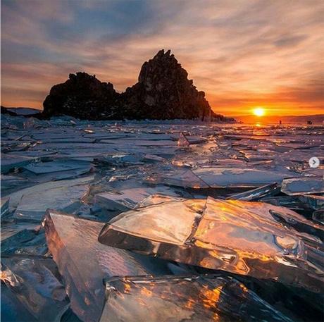 Hồ Baikal, Nga Thoạt nhìn, bức ảnh này trông giống như một tác phẩm điêu khắc đá bị vỡ trên hồ băng. Nằm ở Siberia,Baikal là hồ nước ngọt lớn nhất thế giới và chứa hơn 20% lượng nước ngọt của Trái đất.