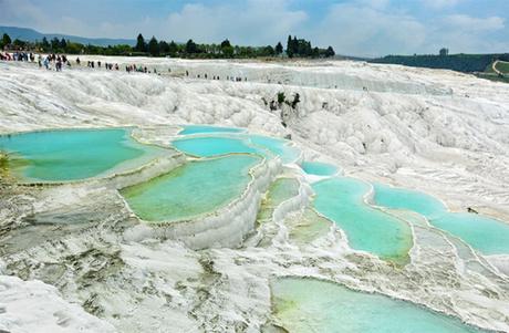 Hồ bậc thang Travertine, Thổ Nhĩ Kỳ Những hồ bơi bậc thang Travertine trong vắt tựa như thác nước đá cẩm thạch này ởPamukkale,Thổ Nhĩ Kỳ. Chúng chứa đầy nước khoáng có ga vàduy trì cùng một nhiệt độ ổn định trong suốt cả năm.