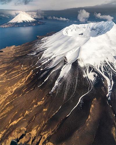 Quần đảo Aleutian - Alaska, Hoa Kỳ Vừa sở hữu khung cảnh thiên nhiên ấn tượng, quần đảo này còn gắn liền với nhiều sự kiện lịch sử.Trên các hòn đảo có 57 ngọn núi lửa hoạt động. Nơi đây từng diễn ra nhiều trận chiến trongChiến tranh thế giới thứ hai.