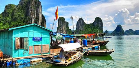Làng chài ở Vịnh Hạ Long, Việt Nam Làng chài Cửa Vạn nằm ở Vịnh Hạ Long là một trong những làng chài lớn nhất thế giới. Người dân địa phương chủ yếu là ngư dân và không có nhà trên đất liền trong khu vực xung quanh. Nơi sinh sống của họ chỉ là những ngôi nhà nổi trên biển. Trong số những ngôi nhà nổi đó có cả trường học và trung tâm hoạt động, nơi mọi người trong làng có thể đến bằng thuyền. Ảnh: Huffington Post.