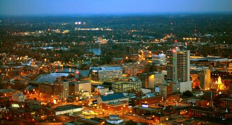 Bang Indiana là nằm chơi vơi giữa hai múi giờ trung tâm và phía đông Mỹ, còn thành phố South Bend (ảnh) chỉ cách ranh giới thay đổi múi giờ 10 dặm (khoảng 16 km). Ảnh:Downtown South Bend.