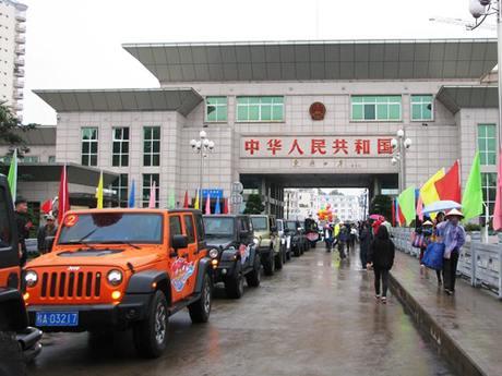 Đoàn xe du lịch tự lái tại một cửa khẩu. Ảnh minh hoạ: Minh Cương.