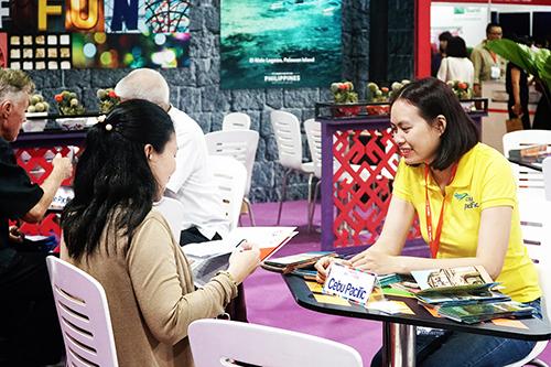 Du khách tham quan và nghe tư vấn tại các gian hàng. Ảnh: Phong Vinh.