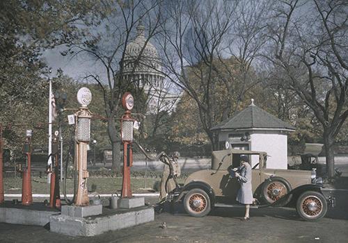 Một phụ nữ bên cạnh chiếc xe của cô ấy khi đang tiếp nhiên liệu tại thủ đô Washington, Mỹ những năm 1920. Ảnh:EDWIN L. WISHERD