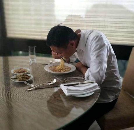 Jack Ma ngồi ăn trưa bên đĩa mỳ xào. Ảnh:Goodyfeed.