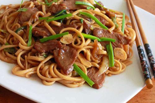 Món mỳ xào Trung Quốc. Ảnh:Daring Gourmet.