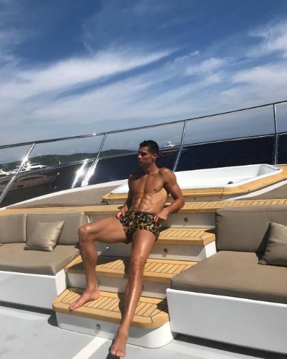 CR7 mặc chiếc quần bơi của thươnghiệu Versace trị giá 310 euro. Chưa đầy 24 giờ, hình ảnh của CR7 đã có 6, 8 triệu lượt yêu thích và 47.000 bình luận.Ảnh:Cristiano Ronaldo.
