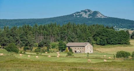 Bao quanh ngôi làng là đồng cỏ và những dãy núi cao. Ảnh: BBC.