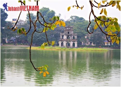 Người dân Hà Nội thường dạo bộ quanh Hồ Hoàn Kiếm mỗi buổi sớm.