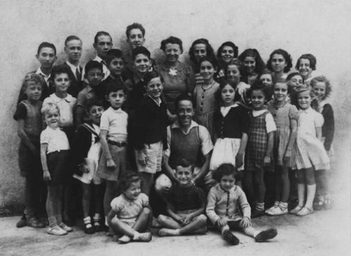 Trẻ em Do Thái luôn được người làng chào đón và sẵn lòng che chở. Ảnh: USHMM.