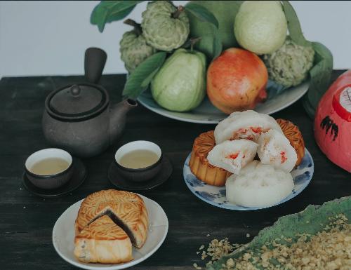 Bánh Trung thu cũng thường được ăn kèm với bưởi, hồng, na, ổi, lựu& những thứ quả rất riêng của mùa thu.