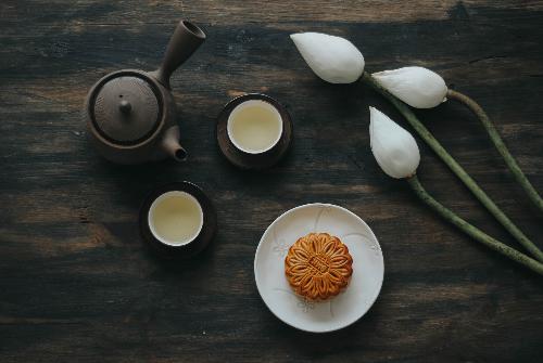 Trung thu mỗi năm có tới hàng trăm loại bánh mới ra đời, nhưng người Hà Nội quen tìm về những hương vị truyền thống. Chiếc bánh nướng, bánh dẻo với nhân thập cẩm gồm lạp xưởng, xá xíu, mứt bí, lạc, mỡ muối& đã in sâu vào tiềm thức mỗi người Hà Nội.