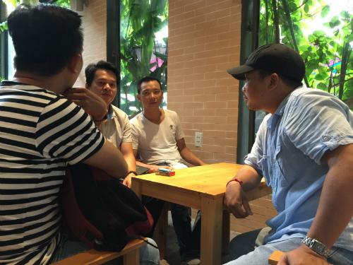 Ông Vũ Văn Anh, giám đốc công ty Saigon Cholon Tourist (áo thun trắng, ngồi giữa) thông báo công ty hiện không đủ khả năng để hoàn lại tiền cho khách hàng ngay một lúc.
