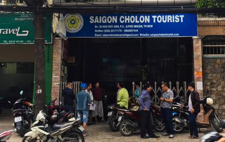 Hàng chục khách hàng tập trung trước văn phòng công ty Saigon Cholon Tourist để đòi lại tiền.