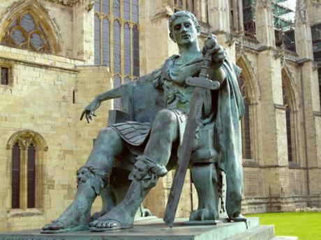 Tượng tạc Constantinus Đại đế đặt bên ngoài nhà thờ York Minister, Anh. Ảnh: @daliscar/Devianart.