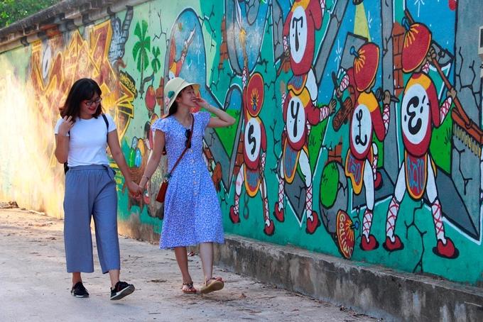 Con đường bích họa dài một km hút khách ở Huế