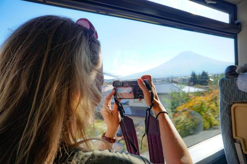 Tàu cao tốc Nhật đi qua núi Phú Sĩ. Ảnh: Travel Women.
