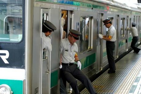 Nghề đẩy người lên tàu ở Nhật Bản. Ảnh: Canal3.