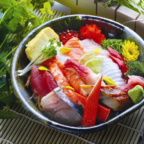 Tại nhà hàng Sushi Hokkaido Sachi (trụ sở ở TP HCM), hải sản của Hokkaido được đóng gói, vận chuyển nhanh chóng trực tiếp bằng đường hàng không với các chuyến hàng mỗi ngày. Do đó, nguyên liệu phục vụ thực khách đảm bảo độ tươi ngon, không chỉ cho các món sashimi, sushi mà cả tempura, mì...