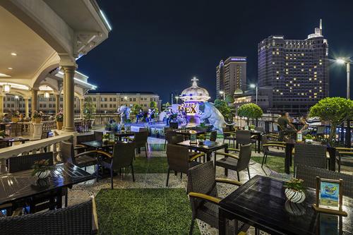 Nói về Rooftop Garden Bar không thể không nhắc đến dịch vụ ẩm thực nơi đây. Với không gian lịch sử đầy hoài niệm của một quán bar nổi tiếng từ những năm 1970, các món ăn và thức uống được phục vụ liên tục, mang đến một buổi tối nhẹ nhàng dành cho các vị khách ghé thăm.