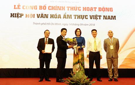 Đại diện BCH Hiệp hội nhận quyết định từ đại diện Bộ Nội Vụ. Ảnh: Phong Vinh.