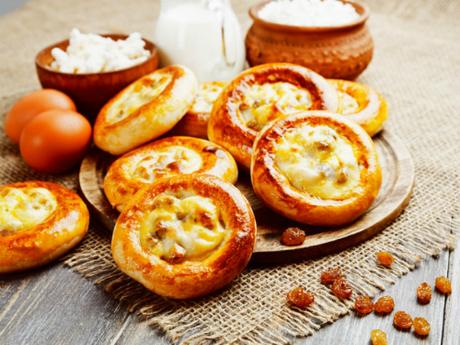 Bánh Vatrushka thường có thêm anh đào, nho khô, mâm xôi hoặc việt quất trong phần phô mai. Ảnh: Pinterest.