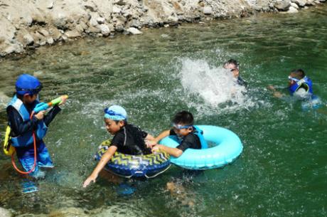 Với nhiều phụ huynh Nhật Bản, cắm trại là cơ hội để trẻ em vui đùa giữa thiên nhiên.