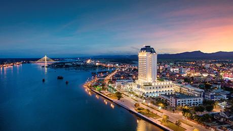 Cùng sở hữu địa thế tựa phố hướng giang,Vinpearl Hotel Quảng Bìnhcũng ghi dấu ấn là công trình cao nhất tại Đồng Hới - Quảng Bình, toạ lạc bên dòng sông Nhật Lệ. Tòa tháp 21 tầng nổi và 2 tầng hầm có gần 127 phòng nghỉ theo phong cách sang trọng và tiện nghi.