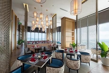 Với 33 tầng cao nhất tỉnh, 295 phòng nghỉ của khách sạn được trang bị nội thất hiện đại tiêu chuẩn quốc tế cùng góc nhìn toàn cảnh đẹp xứ Thanh từ trên cao.