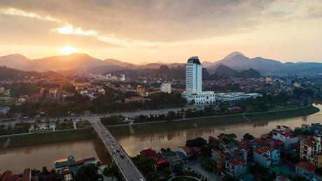 Vinpearl Hotel Lạng Sơncũng có vị trí nổi bật giữa trung tâm thành phố Lạng Sơn, bêndòng sông Kỳ Cùng. Khách sạn 5 sao đầu tiên tại mảnh đất biên cương này sở hữu 21 tầng cao và 2 tầng hầm, 127 phòng nghỉ.